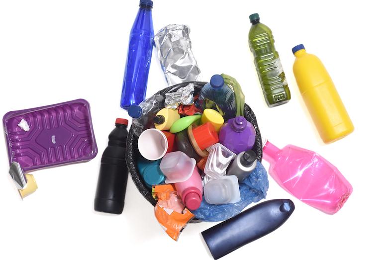 Rozmanitost plastů je při recyklaci nevýhodou. Je řešením omezení?