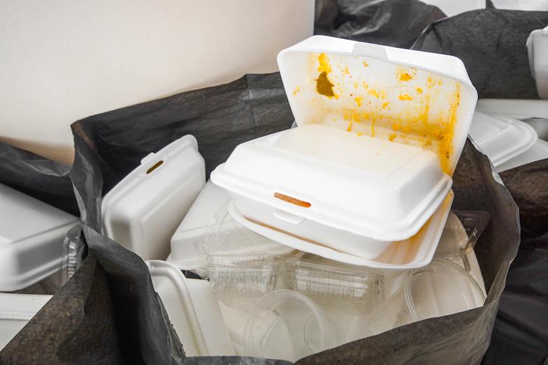 Zákaz jednorázových plastů i rozšířená odpovědnost výrobců. Nová legislativa se dotkne také obalů
